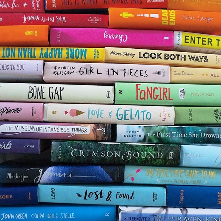 Menata koleksi buku berdasarkan genre.