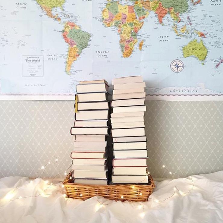 Menata koleksi buku berdasarkan setting.