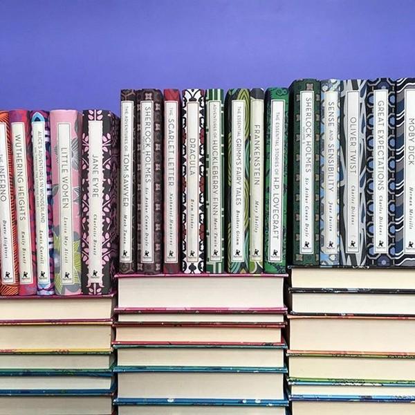 Menata koleksi buku berdasarkan tinggi rendah buku.